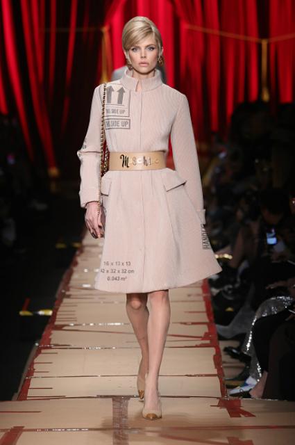 Неделя моды в Милане: картонная любовь от Moschino. Фото