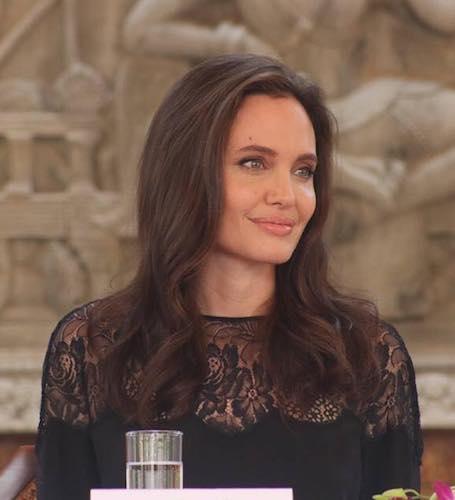 Анджелина Джоли в черном платье из кружев посетила конференцию в Камбодже. Фото