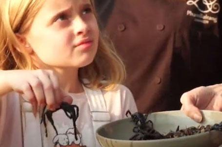 Анджелина Джоли устроила званый обед с тарантулами и скорпионами. Фото