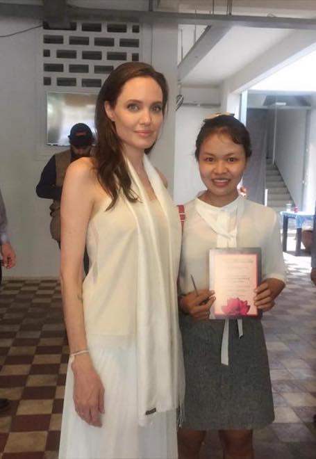 Анджелина Джоли покорила Камбоджу своей красотой и доброй улыбкой. Фото
