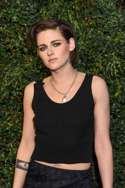Кристен Стюарт на ужине Chanel удивила мужеподобной внешностью. Фото