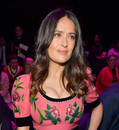 Сальма Хайек примерила необыкновенное платье Gucci с этно-вышивкой. Фото