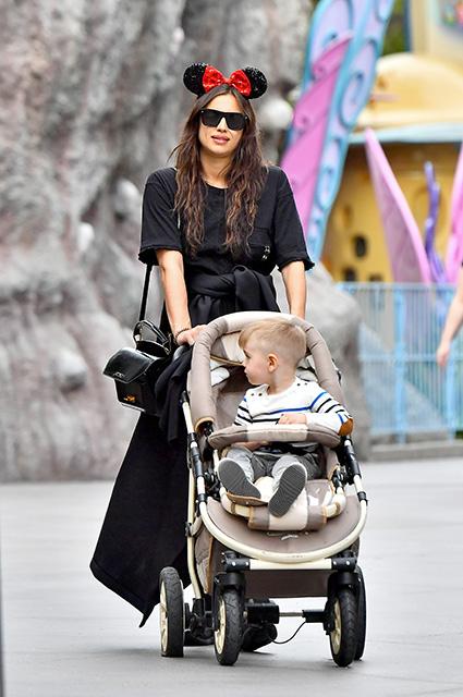 Беременная Ирина Шейк приковала к себе все внимание на прогулке по Диснейленду. Фото