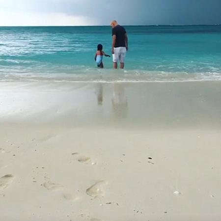 61-летний Брюс Уиллис в смешных плавках учит дочек плавать. Фото