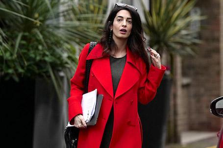 Беременная двойней Амаль Клуни впервые вышла в свет и показала свой живот. Фото