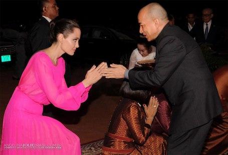 Анджелина Джоли в полупрозрачном платье цвета фуксии вызвала фурор в Камбодже! Фото