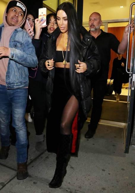 Ким Кардашьян в пуховике и нижнем белье обескуражила фанатов. Фото