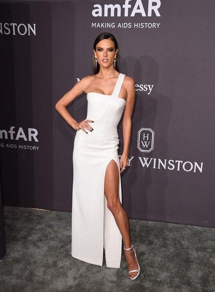 Алессандра Амбросио в невероятном вечернем платье посетила гала-прием amfAR. Фото