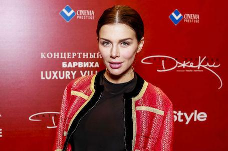 Беременная Анна Седокова показала внушительный живот на кинопремьере. Фото