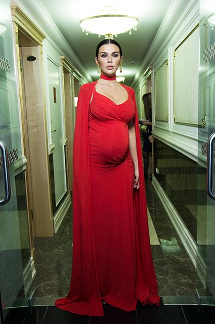 Беременная Анна Седокова позирует в облегающем алом платье на шоу МУЗ-ТВ. Фото