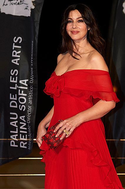 Дива в красном: Моника Беллуччи посетила премьеру Травиаты. Фото