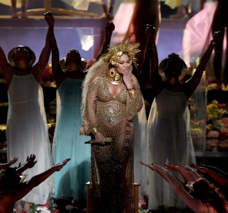 Беременная двойней Бейонсе в золотом трико с короной выступила на Грэмми! Фото
