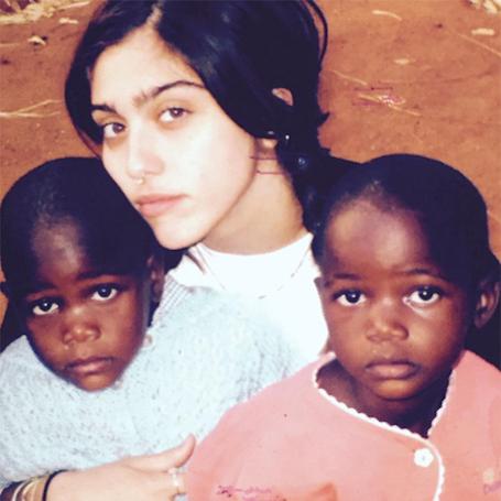 Мадонна показала фанатам свои новых дочерей-близняшек из Малави. Фото