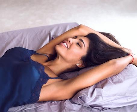 Нагая Санта Димопулос нежится в белоснежной постели! Фото