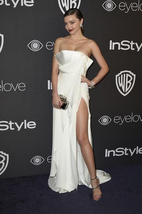 Миранда Керр в пикантном платье с драпировкой появилась на вечеринке InStyle. Фото