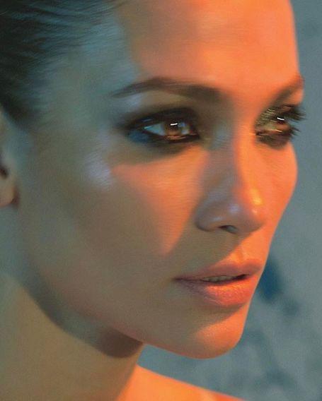 Характер-фото: Дженнифер Лопес в золотом боди и агрессивным макияжем. Фото