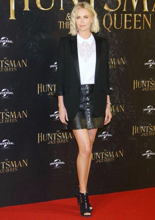 Шарлиз Терон в модном образе блистала на премьере «Белоснежка и охотник-2»