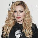 Очередной скандал с Мадонной: Пьяная поп-дива валялась на полу во время фотовыставки