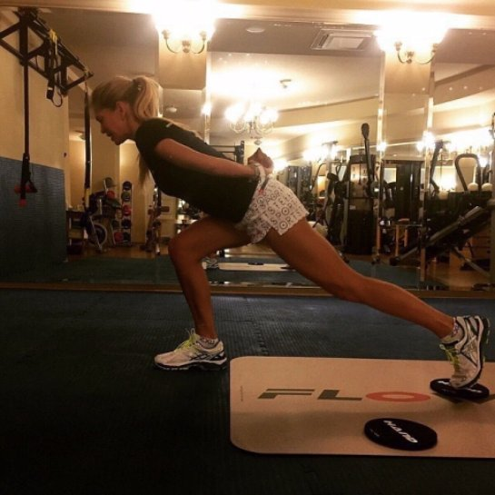 Вера Брежнева показала фото с тренировок в спортзале