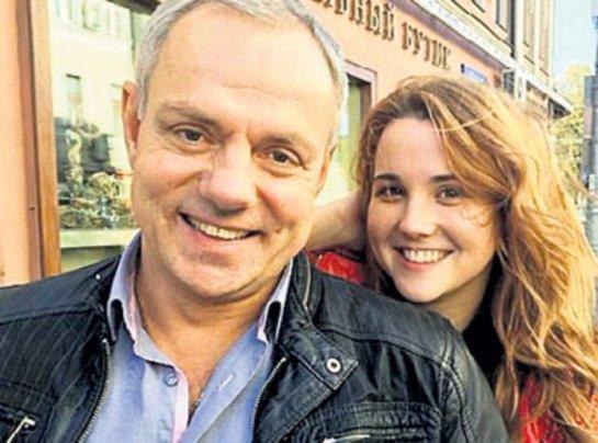 52-летний Александр Мохов женился на юной певице