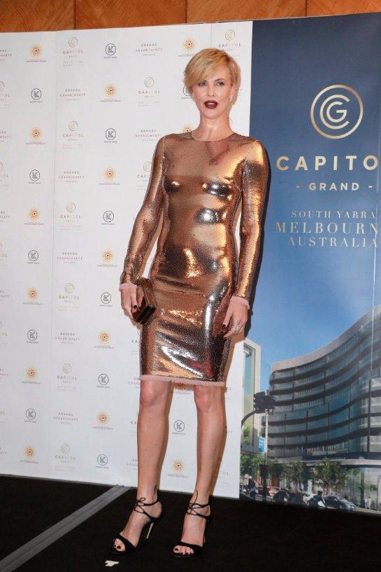 Шарлиз Терон предстала в ослепительном золотистом платье