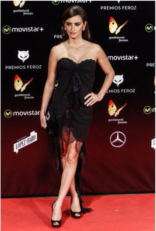 Пенелопа Крус произвела фурор в коротком черном платье