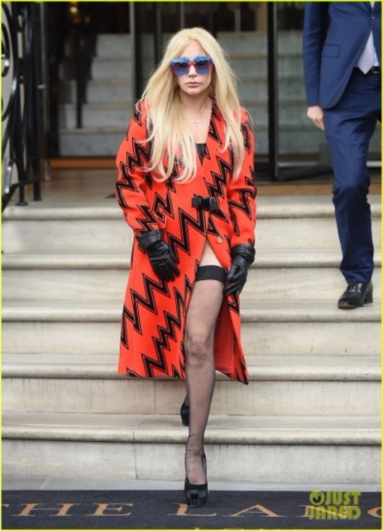 Леди Гага козыряет в очередном эпатажном наряде