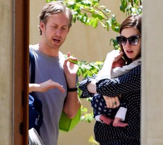 Папарацци запечатлели актрису Энн Хэтэуэй с сыном
