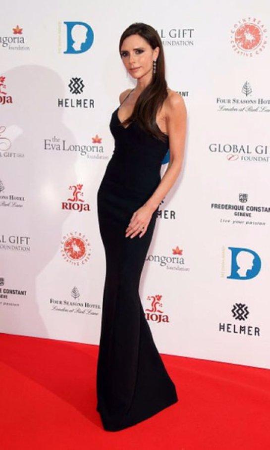 Виктория Бекхэм вышла на красную дорожку в отменном вечернем платье из собственной коллекции