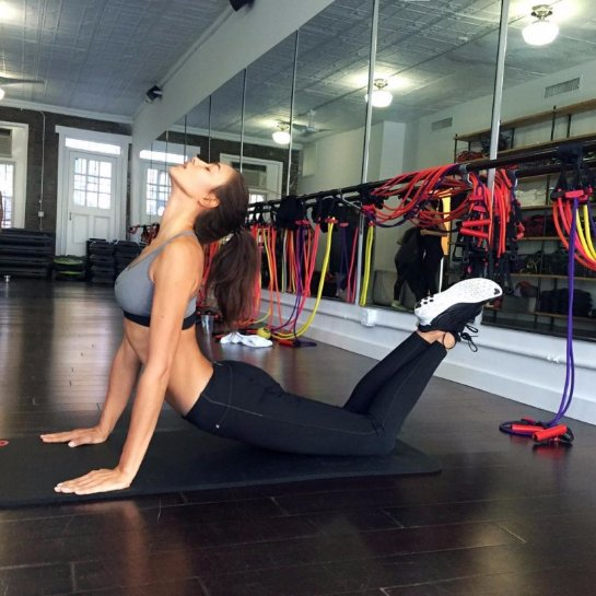 Ирина Шейк показала, как занимается спортом