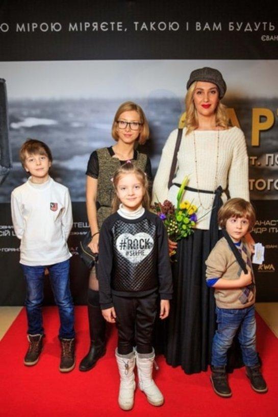 Снежана Егорова пришла с детьми на премьеру фильма о войне