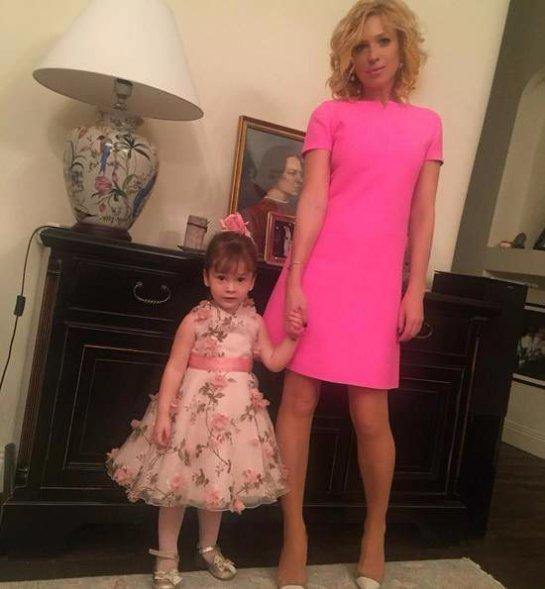 Ирина Гринева поразила внешним видом в розовом мини-платье