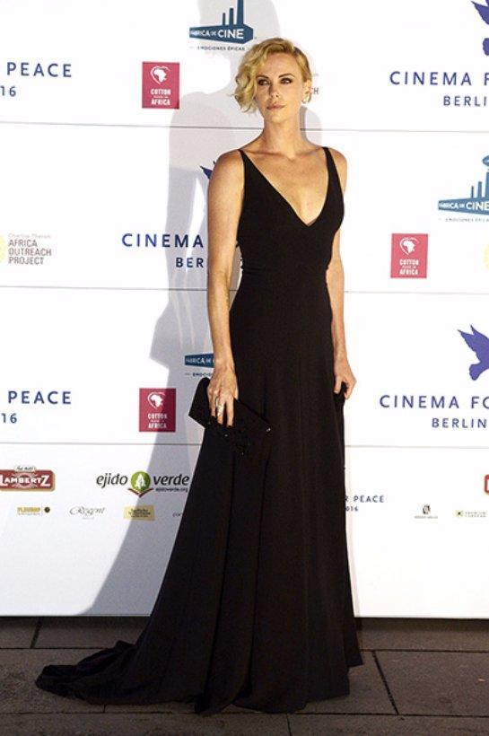 Шарлиз Терон произвела фурор в вечернем платье