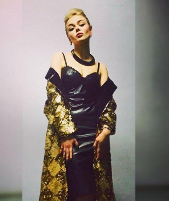 Алина Гросу красуется в откровенном кожаном платье