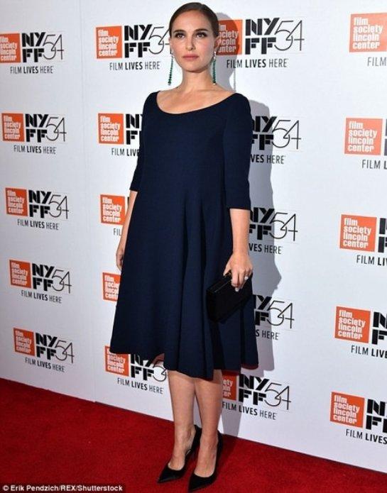 Натали Портман вышла в свет в элегантном черном платье