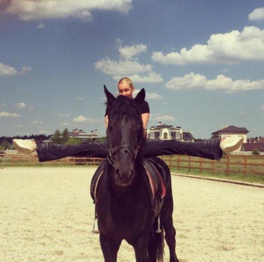 Волочкова показала фирменную растяжку, сидя на коне