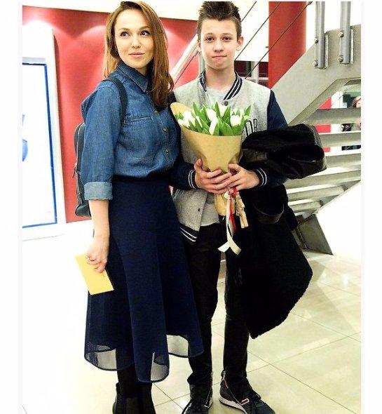 Альбина Джанабаева вышла в свет вместе с сыном