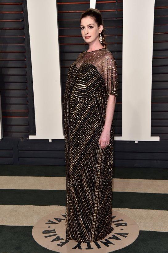 Энн Хэтэуэй выбрала роскошный наряд для выхода в свет