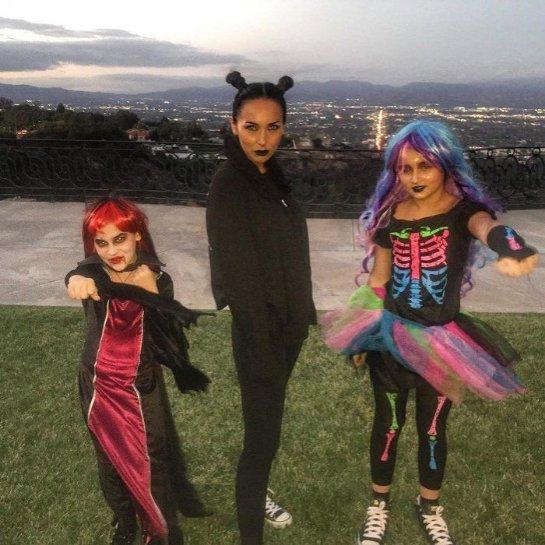 Алсу с дочками продемонстрировали свои костюмы на Хэллоуин