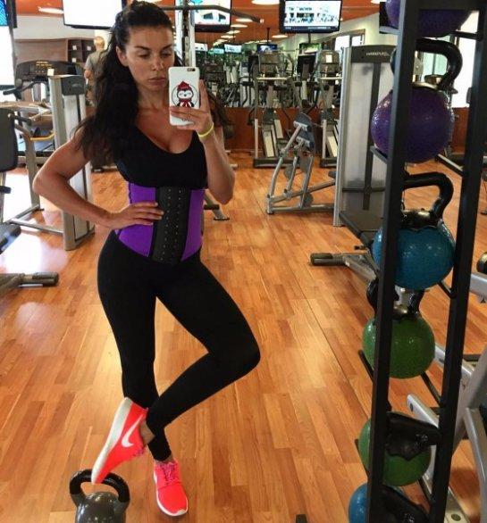 Анна Седокова похвасталась идеальной фигурой в спортивном зале