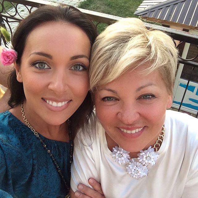 Алсу выложила в сеть фотографию с мамой