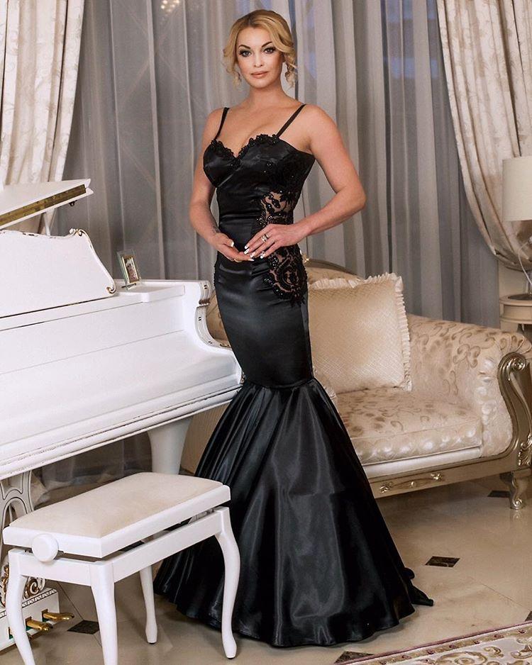 Анастасия Волочкова примерила оригинальное вечернее платье