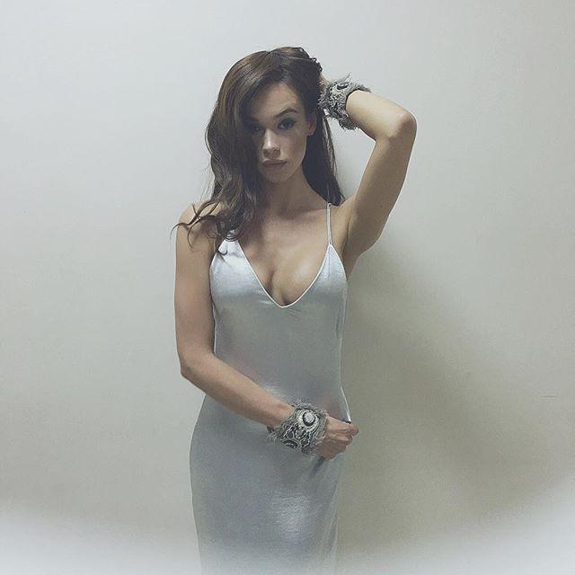 Яремчук восхитила фигурой в платье-ночнушке