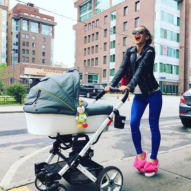Анна Хилькевич вышла на прогулку с дочкой в странной обуви