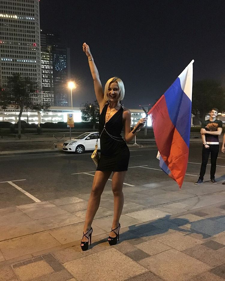 Ольга Бузова в коротком платье прогулялась по улицам Дубаи
