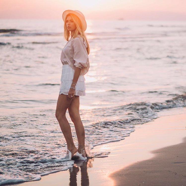 Вера Брежнева поделилась красивым пляжным снимком