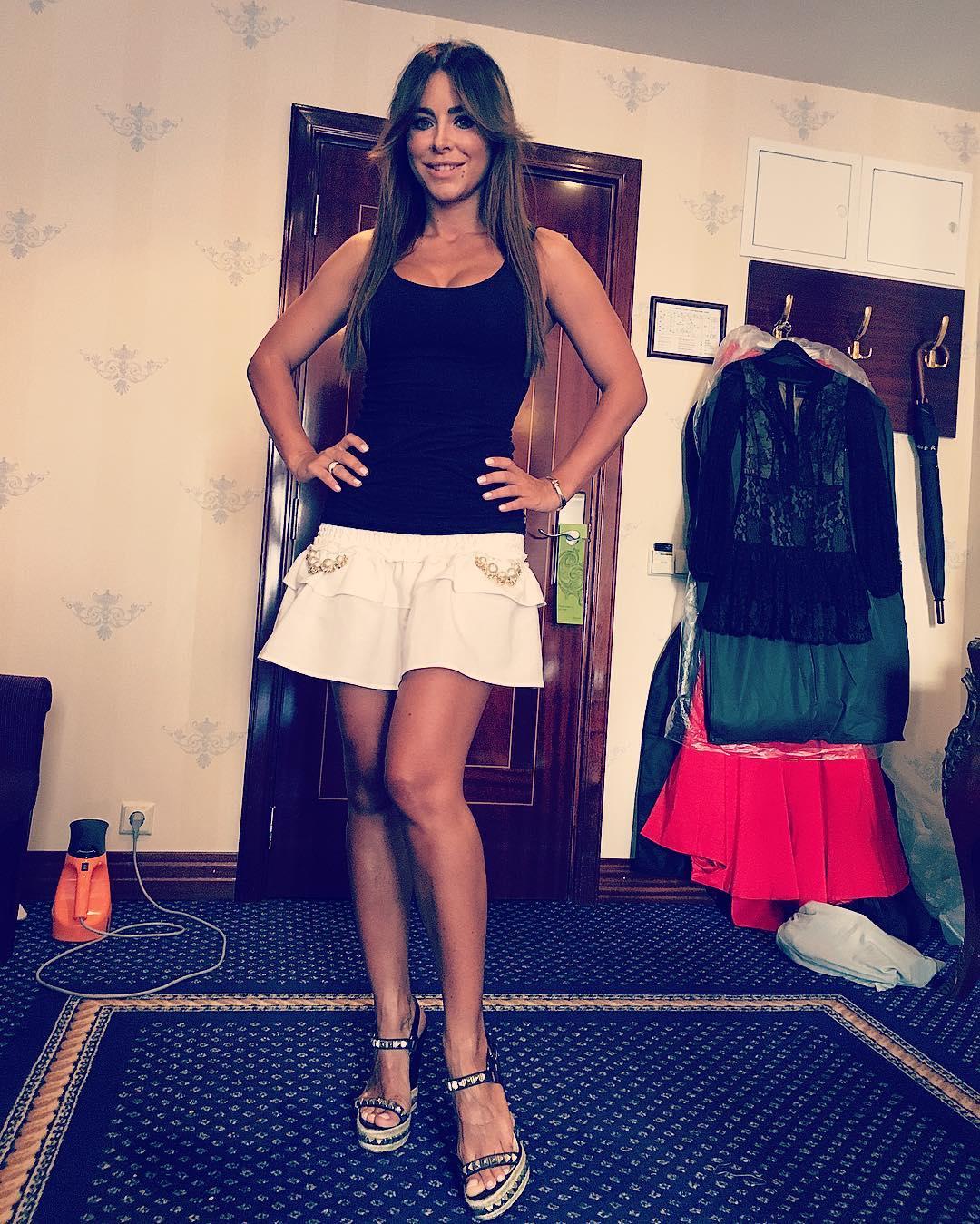 Ани Лорак в мини-юбке вызвала восторг у фанатов