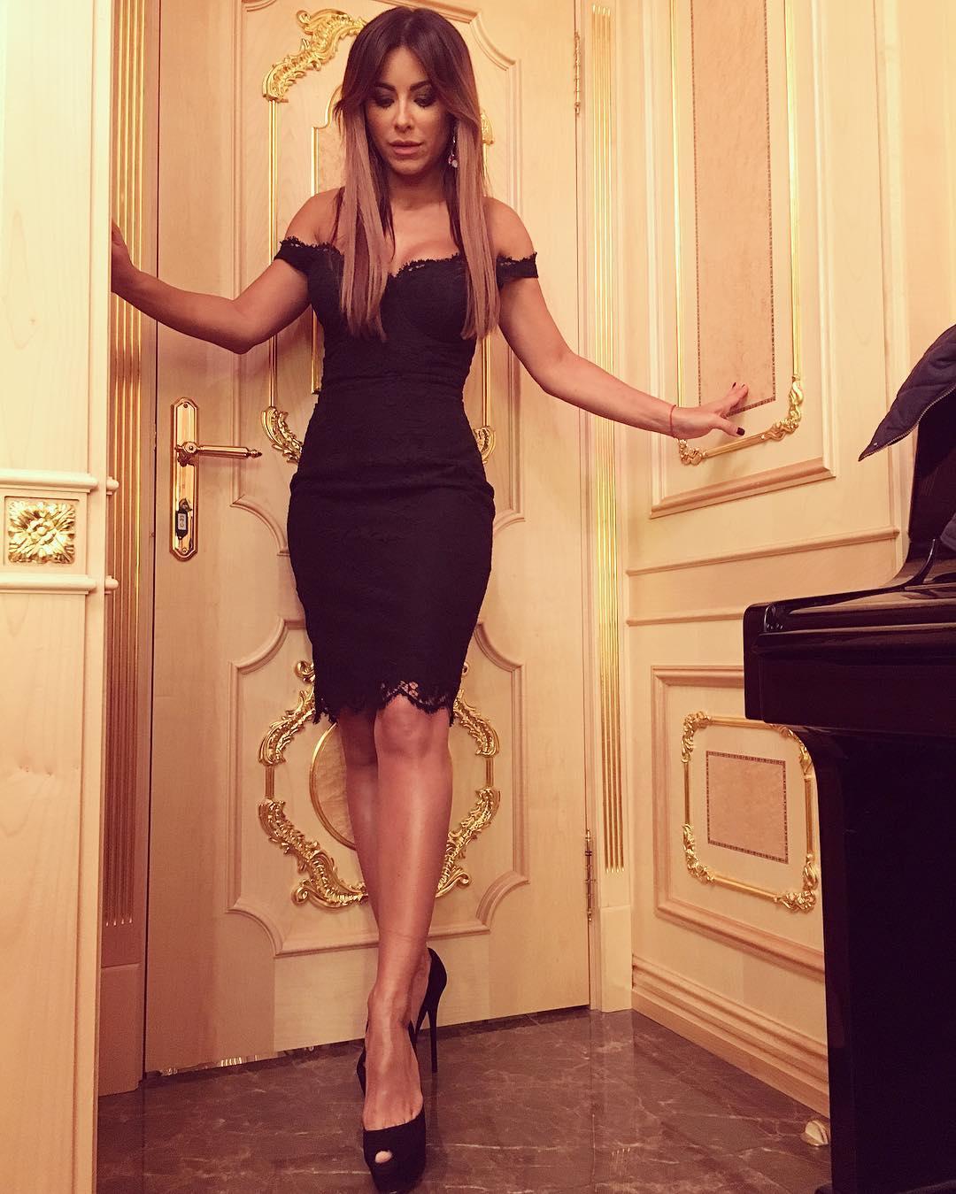 Сексуальная Ани Лорак предстала в роскошном наряде