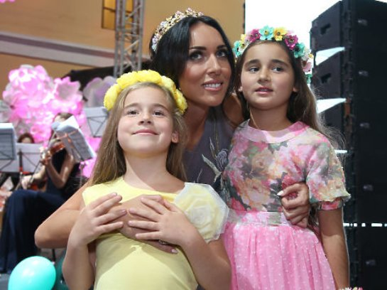 Певица Алсу вывела дочерей на сцену