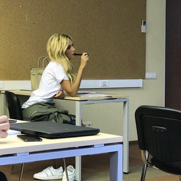 «Месяц без Баскова»: Виктория Лопырёва на тренинге от НТВ приняла образ сексуальной школьницы